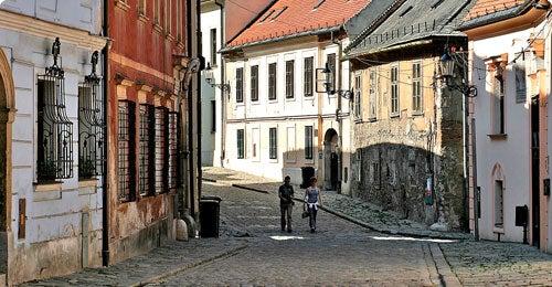 Halvat lennot ja hotellit Bratislava Travellinkilta